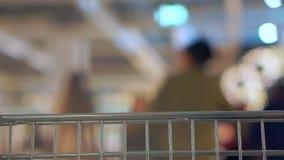 Το κάρρο τροφίμων πηγαίνει στην υπεραγορά Άποψη καμερών από το κάρρο Εκλεκτική εστίαση απόθεμα βίντεο