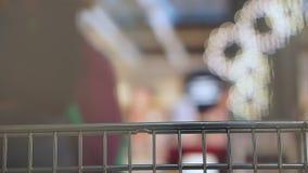 Το κάρρο τροφίμων πηγαίνει στην υπεραγορά Άποψη καμερών από το κάρρο Εκλεκτική εστίαση φιλμ μικρού μήκους