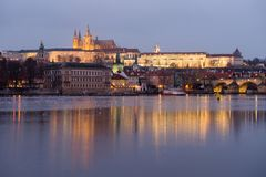 Το κάστρο της Πράγας άναψε τή νύχτα τα φω'τα στην Τσεχία στοκ εικόνα με δικαίωμα ελεύθερης χρήσης