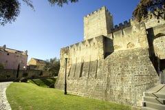 Το κάστρο του são Jorge Λισσαβώνα Πορτογαλία το δυνατό φρούριο, η βασιλική αρχαιολογία κατοικιών η τάφρος Στοκ Εικόνα