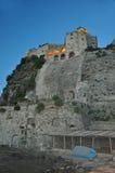Το κάστρο Aragonese ενάντια στον ουρανό βραδιού με το καμμένος παράθυρο Στοκ Εικόνες