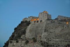 Το κάστρο Aragonese ενάντια στον ουρανό βραδιού με το καμμένος παράθυρο Στοκ φωτογραφία με δικαίωμα ελεύθερης χρήσης