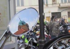 Το κάστρο Podebrady πίσω απεικονίζει στον καθρέφτη της μοτοσικλέτας στοκ φωτογραφίες