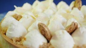 Το κέικ από τα κτυπημένα λευκά αυγών, κλείνει επάνω το υπόβαθρο Άσπρο κέικ γενεθλίων με την κίτρινη σοκολάτα ganache, marshmallow φιλμ μικρού μήκους