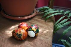 Το κέικ αυγών Πάσχας σκάει στοκ φωτογραφία