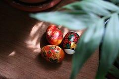 Το κέικ αυγών Πάσχας σκάει στοκ φωτογραφίες με δικαίωμα ελεύθερης χρήσης