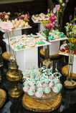 Το κέικ γαμήλιων επιδορπίων σκάει Στοκ φωτογραφία με δικαίωμα ελεύθερης χρήσης