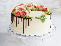 Το κέικ γενεθλίων με τα λουλούδια αυξήθηκε στο άσπρο υπόβαθρο Στοκ φωτογραφίες με δικαίωμα ελεύθερης χρήσης