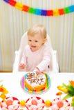 το κέικ γενεθλίων μωρών τρώει πρώτου ευτυχούς που λερώνεται την κατανάλωση Στοκ Εικόνες