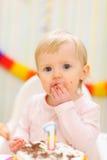 το κέικ γενεθλίων μωρών τρώει του πορτρέτου που λερώνεται την κατανάλωση Στοκ Εικόνες