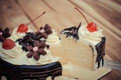 Το κέικ γενεθλίων, κεράσι σοκολάτας βανίλιας ήταν διαιρεμένα κομμάτια σε έναν ξύλινο πίνακα Στοκ φωτογραφία με δικαίωμα ελεύθερης χρήσης