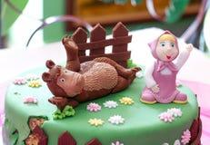 το κέικ γενεθλίων με γλυκό teddy αντέχει Αστείο σπιτικό κέικ, Στοκ Εικόνες