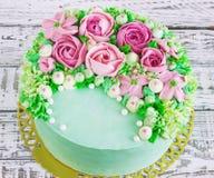 Το κέικ γενεθλίων με τα λουλούδια αυξήθηκε στο άσπρο υπόβαθρο Στοκ φωτογραφία με δικαίωμα ελεύθερης χρήσης