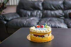 το κέικ γενεθλίων σημαδεύει δύο Στοκ Εικόνα