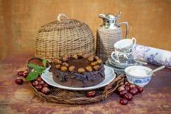 Το κέικ κάστανων chokolate και τα κάστανα στο α Στοκ Φωτογραφίες