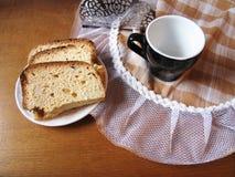 Το κέικ και το φλυτζάνι πρωινού στον πίνακα Στοκ Εικόνες