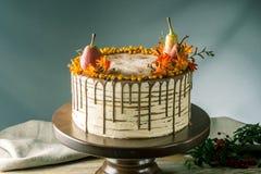 Το κέικ μελιού χύνει πέρα από τη σοκολάτα και διακοσμημένος με τα αχλάδια και τη λευκαγκαθιά σε έναν ξύλινο πίνακα Γλυκιά ζωή φθι στοκ φωτογραφίες με δικαίωμα ελεύθερης χρήσης