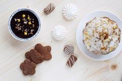 Το κέικ με ένα glaurye και τα ξύλα καρυδιάς, μπισκότα χειροτεχνιών, σοκολάτες, ένα επιδόρπιο τυριών εξοχικών σπιτιών, μαρέγκα, κλ Στοκ φωτογραφία με δικαίωμα ελεύθερης χρήσης