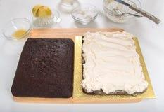 Το κέικ μελοψωμάτων που χωρίστηκε οριζόντια διέδωσε με τη στάρπη πιπεροριζών και κτύπησε την κρέμα Στοκ φωτογραφία με δικαίωμα ελεύθερης χρήσης