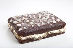 Το κέικ μελοψωμάτων χώρισε οριζόντια και διέδωσε με τη στάρπη πιπεροριζών Στοκ Φωτογραφίες