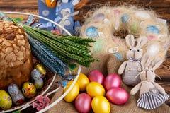 Κέικ Πάσχας και ζωηρόχρωμα αυγά στον εορταστικό πίνακα Πάσχας στοκ εικόνα με δικαίωμα ελεύθερης χρήσης