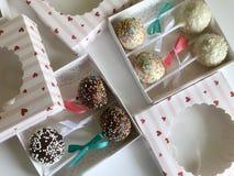 Το κέικ σκάει διακοσμημένος με ένα τόξο της πλεξούδας, που συσκευάζεται σε ένα κιβώτιο δώρων Στην επιφάνεια που καλύπτεται με το  στοκ εικόνα με δικαίωμα ελεύθερης χρήσης