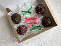 Το κέικ σκάει διακοσμημένος με ένα τόξο της πλεξούδας, που συσκευάζεται σε ένα κιβώτιο δώρων Στην επιφάνεια που καλύπτεται με το  στοκ εικόνες με δικαίωμα ελεύθερης χρήσης