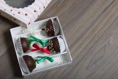 Το κέικ σκάει διακοσμημένος με ένα τόξο της πλεξούδας, που συσκευάζεται σε ένα κιβώτιο δώρων στοκ εικόνα με δικαίωμα ελεύθερης χρήσης
