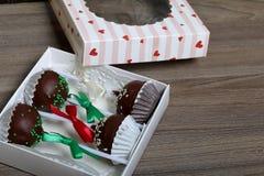 Το κέικ σκάει διακοσμημένος με ένα τόξο της πλεξούδας, που συσκευάζεται σε ένα κιβώτιο δώρων στοκ φωτογραφία