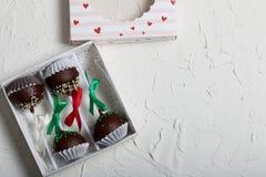 Το κέικ σκάει διακοσμημένος με ένα τόξο της πλεξούδας, που συσκευάζεται σε ένα κιβώτιο δώρων Στην επιφάνεια που καλύπτεται με το  στοκ φωτογραφία