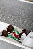 Το κέικ σκάει διακοσμημένος με ένα τόξο της πλεξούδας, που συσκευάζεται σε ένα κιβώτιο δώρων Σε ένα ξύλινο χρωματισμένο κιβώτιο λ στοκ φωτογραφία