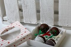 Το κέικ σκάει διακοσμημένος με ένα τόξο της πλεξούδας, που συσκευάζεται σε ένα κιβώτιο δώρων Δίπλα στο ξύλινο κιβώτιο, χρωματισμέ στοκ φωτογραφία με δικαίωμα ελεύθερης χρήσης