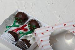 Το κέικ σκάει διακοσμημένος με ένα τόξο της πλεξούδας, που συσκευάζεται σε ένα κιβώτιο δώρων Στην επιφάνεια που καλύπτεται με το  στοκ φωτογραφία με δικαίωμα ελεύθερης χρήσης