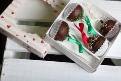 Το κέικ σκάει διακοσμημένος με ένα τόξο της πλεξούδας, που συσκευάζεται σε ένα κιβώτιο δώρων Σε ένα ξύλινο χρωματισμένο κιβώτιο λ στοκ εικόνα με δικαίωμα ελεύθερης χρήσης
