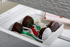 Το κέικ σκάει διακοσμημένος με ένα τόξο της πλεξούδας, που συσκευάζεται σε ένα κιβώτιο δώρων Σε ένα ξύλινο χρωματισμένο κιβώτιο λ στοκ φωτογραφίες με δικαίωμα ελεύθερης χρήσης