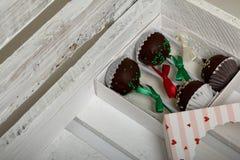 Το κέικ σκάει διακοσμημένος με ένα τόξο της πλεξούδας, που συσκευάζεται σε ένα κιβώτιο δώρων Σε ένα ξύλινο χρωματισμένο κιβώτιο λ στοκ φωτογραφία με δικαίωμα ελεύθερης χρήσης