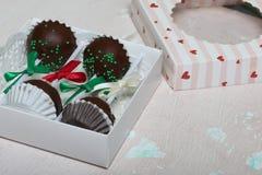 Το κέικ σκάει διακοσμημένος με ένα τόξο της πλεξούδας, που συσκευάζεται σε ένα κιβώτιο δώρων Σε μια ηλικίας επιφάνεια με το χρώμα στοκ φωτογραφίες με δικαίωμα ελεύθερης χρήσης