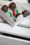 Το κέικ σκάει διακοσμημένος με ένα τόξο της πλεξούδας, που συσκευάζεται σε ένα κιβώτιο δώρων Σε ένα ξύλινο χρωματισμένο κιβώτιο λ στοκ εικόνες με δικαίωμα ελεύθερης χρήσης