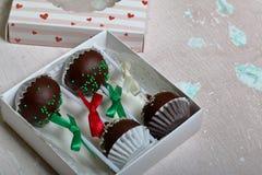 Το κέικ σκάει διακοσμημένος με ένα τόξο της πλεξούδας, που συσκευάζεται σε ένα κιβώτιο δώρων Σε μια ηλικίας επιφάνεια με το χρώμα στοκ φωτογραφία με δικαίωμα ελεύθερης χρήσης