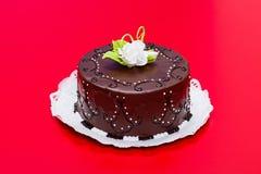 Το κέικ σοκολάτας με την άσπρη καραμέλα αυξήθηκε διακόσμηση Στοκ Εικόνες