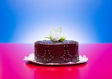 Το κέικ σοκολάτας με την άσπρη καραμέλα αυξήθηκε διακόσμηση Στοκ Φωτογραφίες