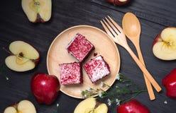 Το κέικ της Apple στο ξύλινο πιάτο βάζει στο μαύρο ξύλινο πίνακα Στοκ εικόνες με δικαίωμα ελεύθερης χρήσης