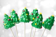Το κέικ χριστουγεννιάτικων δέντρων σκάει Στοκ Εικόνες