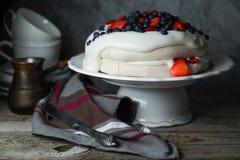 Το κέικ Pavlova με η κρέμα και τα μούρα Στοκ φωτογραφία με δικαίωμα ελεύθερης χρήσης