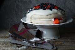 Το κέικ Pavlova με η κρέμα και τα μούρα Στοκ Εικόνα
