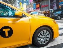 Το κίτρινο αμάξι τακτοποιεί κατά περιόδους στην πόλη της Νέας Υόρκης Στοκ Εικόνα