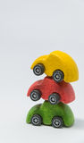 Το κίτρινο αυτοκίνητο παιχνιδιών και το κόκκινο αυτοκίνητο παιχνιδιών επιστρώνουν στο πράσινο αυτοκίνητο παιχνιδιών με το άσπρο υ Στοκ φωτογραφία με δικαίωμα ελεύθερης χρήσης