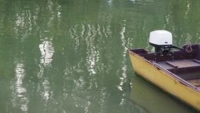 Το κίτρινο αλιευτικό σκάφος με την εξωτερική μηχανή απόθεμα βίντεο