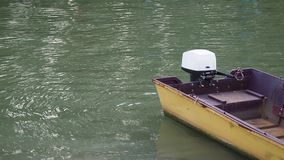 Το κίτρινο αλιευτικό σκάφος με την εξωτερική μηχανή φιλμ μικρού μήκους