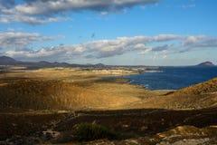 Το κίτρινο βουνό στην ωκεάνια ακτή Costa del Silencio, Tenerife στοκ εικόνες